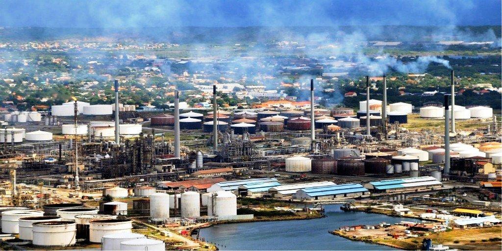 Экономика острова, сильно зависит от переработки сырой нефти,