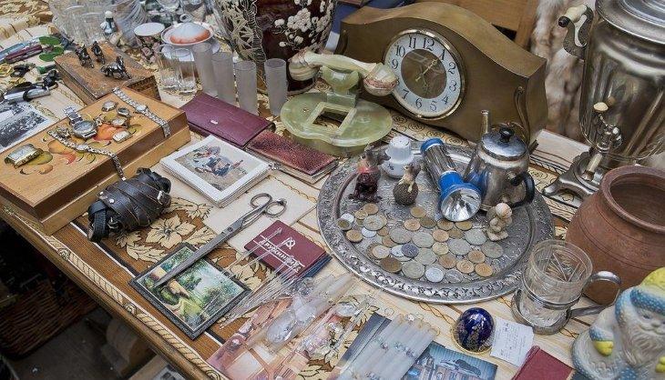Антикварные монеты, часы на прилавке