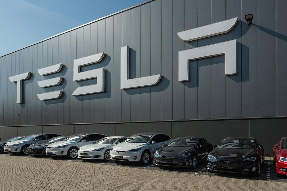 Автомобили Tesla 3 теперь оснащают беспроводной зарядкой и портами USB-C