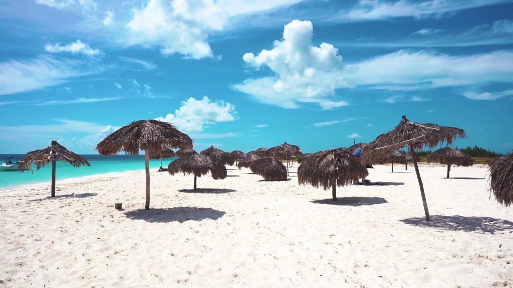 где голубая вода и белый песок