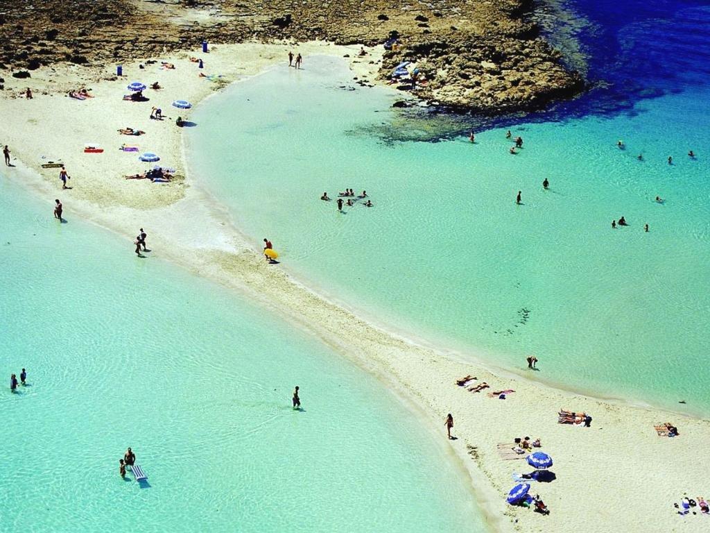 пляжи с голубой водой и белым песком