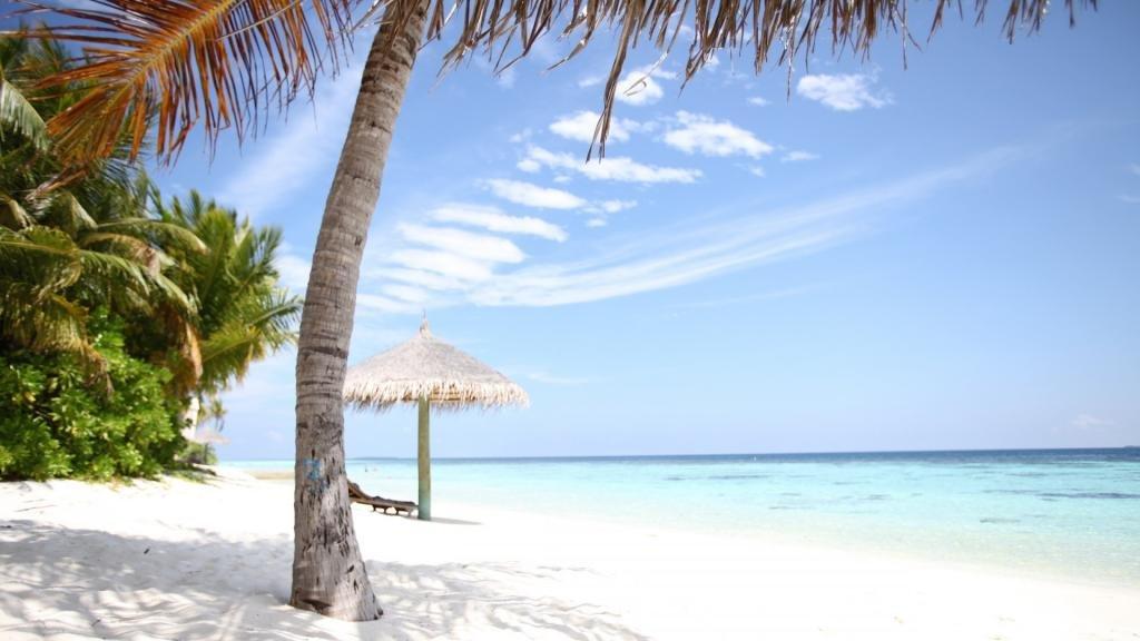 голубая вода и белый песок это