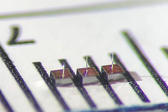 Исследователи представили беспроводной интерфейс для сети крошечных нейроимплантов